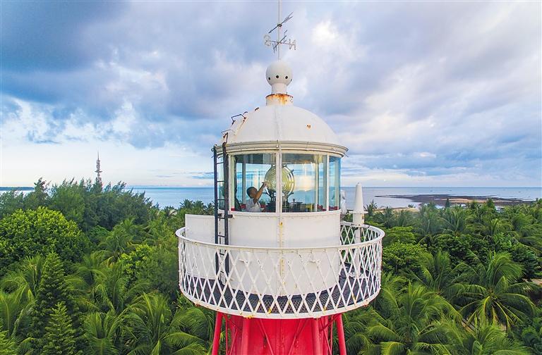 镜像海南   半个世纪的守护 父子两代用心点亮百年临高角灯塔